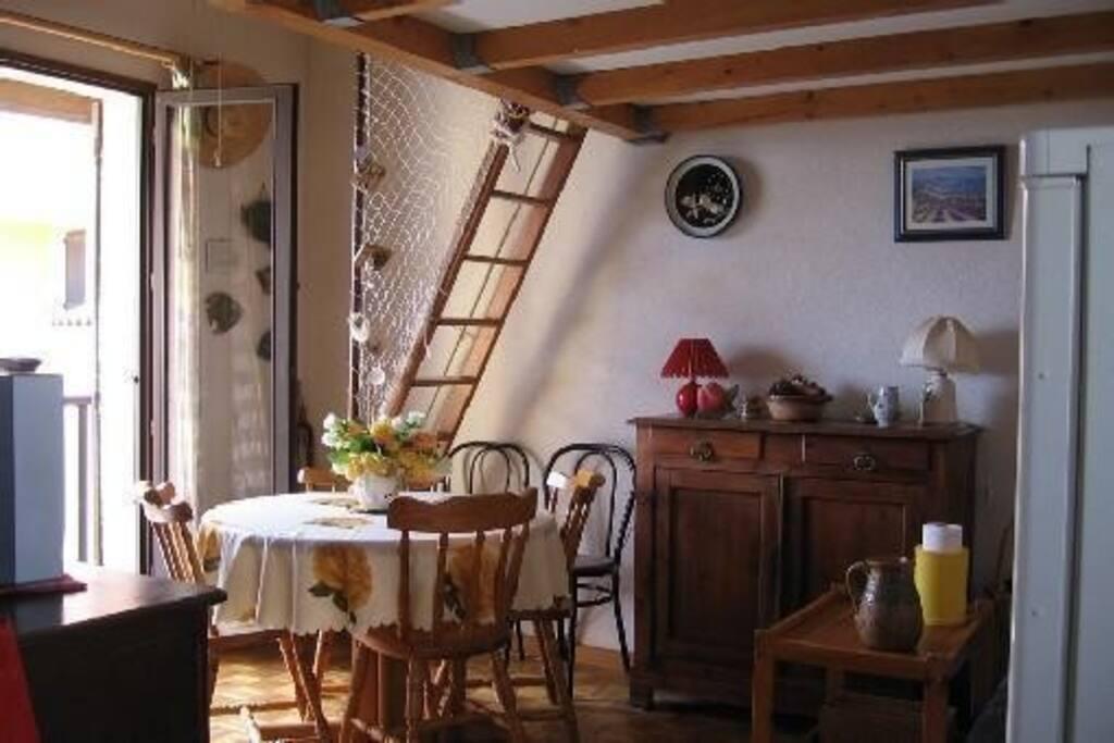Salon et escalier pour monter à la mezzanine