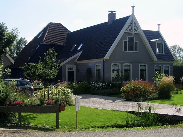 Canal side wooden country house near Amsterdam - Broek in Waterland - Villa
