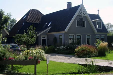 Canal side wooden country house near Amsterdam - Broek in Waterland