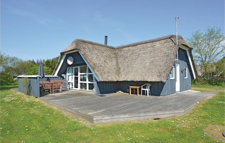 Holiday cottage with 4 bedrooms on 94 m² in Blåvand