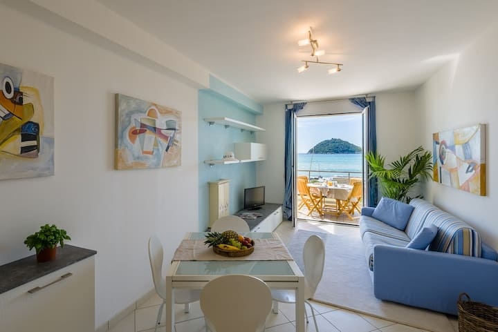 Two-room apartment facing the sea 32.
