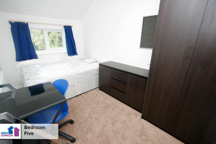 Cosy, simple bedroom in a flat share - Coventry - Apartment