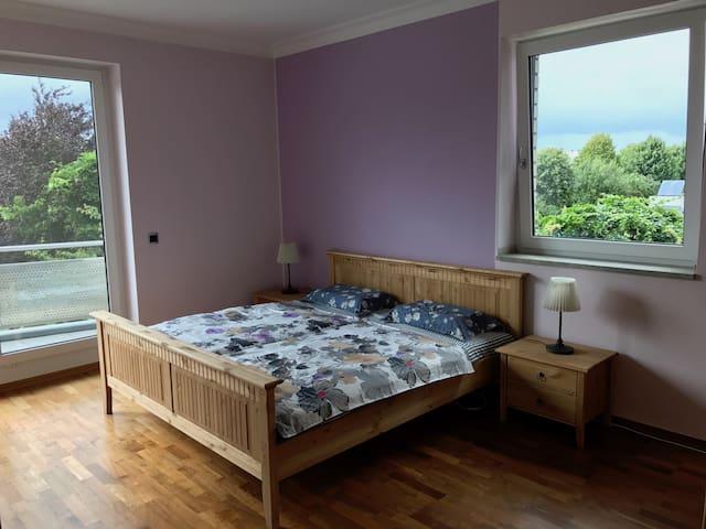 Grosszügiges Doppelzimmer mit Balkon und Bad...