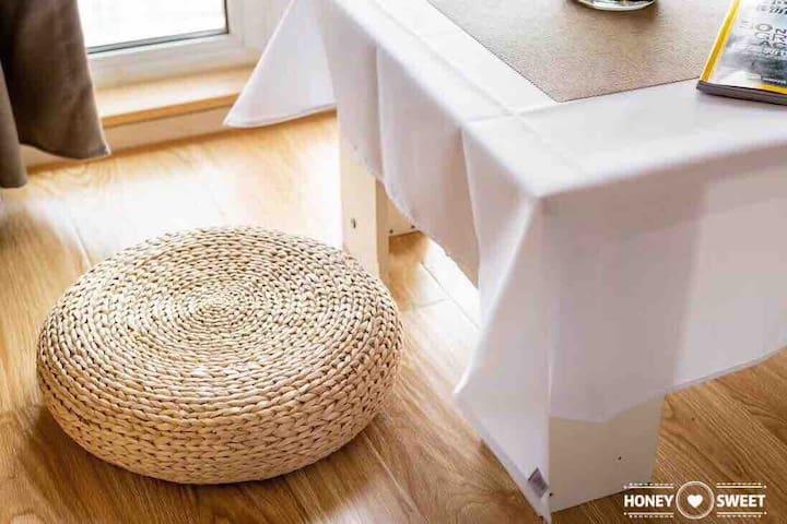 阳台细节,架空地板隔凉隔潮,有编织团座,可喝茶,可小憩。