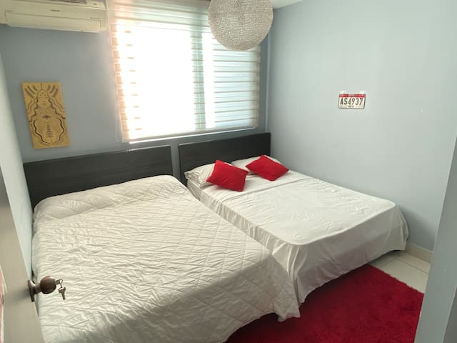 Private Room. 2 Beds. 4 people max. Private Bathroom. Full use of living room, Wifi, AC, Smart TV, Washer/Dryer, Kitchen & 2nd bathroom.