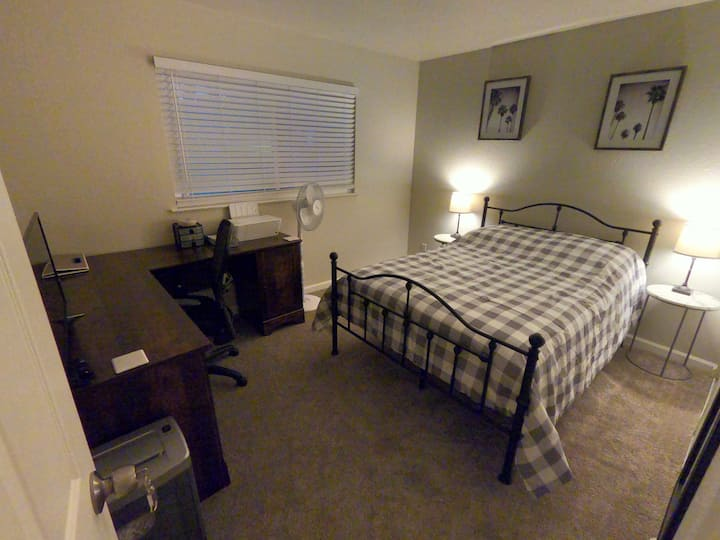 Full bed w/comp desk in Vacaville 8min to Nut Tree