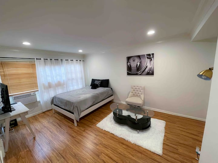 Apartment between Beverly Hills & West Hollywood!
