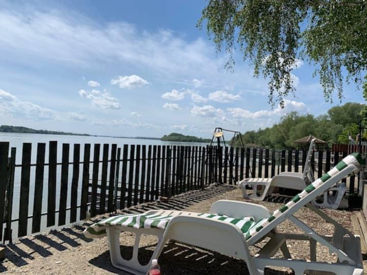 Dunavski Biser na samoj obali reke.