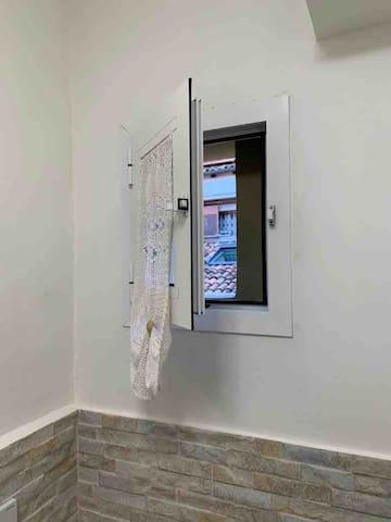 Piccola finestra del bagno