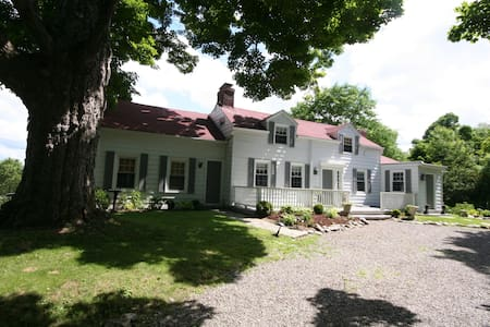 Family Farmhouse near Millbrook Village, NY - Clinton Corners - Hus