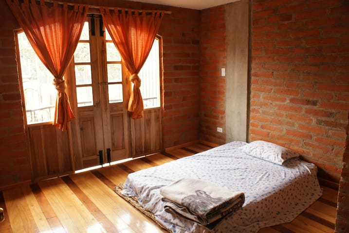 Bright friendly room in central Otavalo - Otavalo - House
