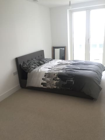 New build 16th Floor Double bedroom with balcony - London - Apartment