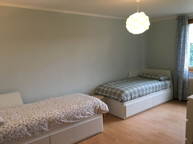 La camera da letto 2 (con esempio letti singoli)/Chambre à coucher 2 (avec exemple de lit simple)