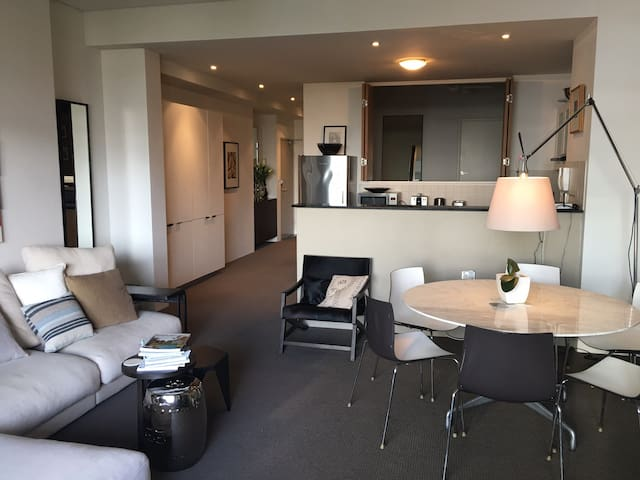 Large luxe inner city apartment w balcony + views - Darlinghurst - Apartment