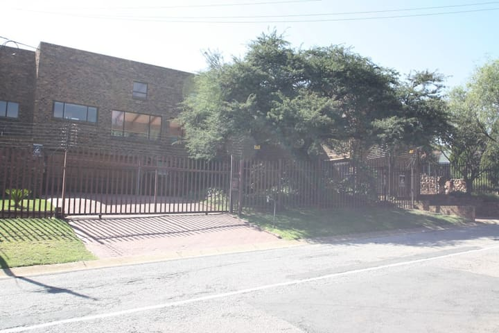 Kloofside Guesthouse - Roodepoort - Bed & Breakfast