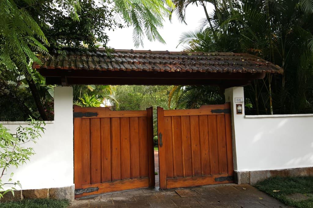 Portão de entrada da casa.