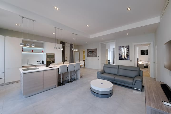 Across from the Palais. Huge Luxe 4BD/4BATH  Flat