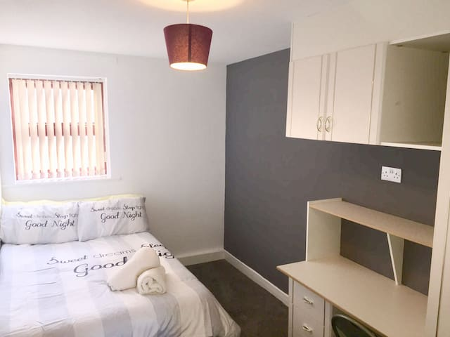 Nice & spacious double bedroom near University!