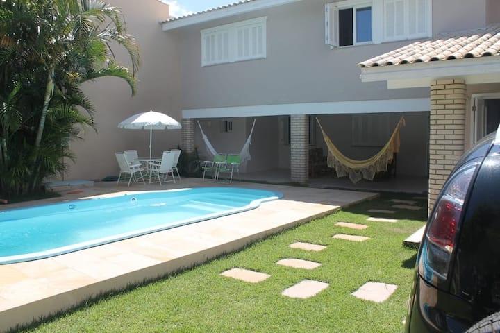 Ampla casa com piscina.