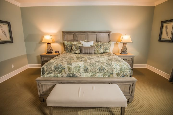 Luxurious King Suite Stay In A Southern Lodge