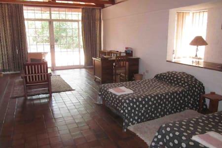 Weaver Cottages - 哈拉雷