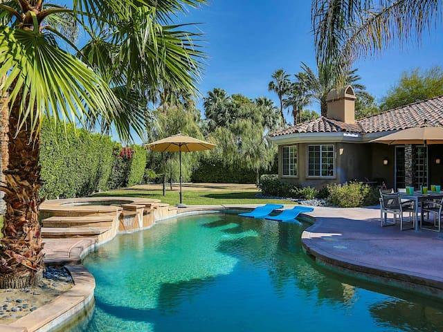 Huge private back yard with pool, hot tub, bbq and dinning