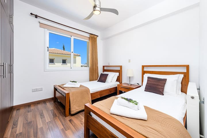 2 Single Bedroom with Aircon + remote controlled ceiling fan