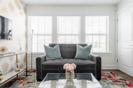 Sparkling Clean, Private & Chic, Just Five Min. From Uptown.