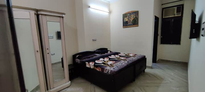South Delhi private room+attach bath+5min to metro