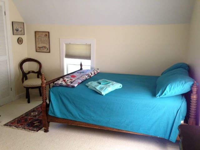 Upstairs bedroom in a happy home - Vicksburg - Casa