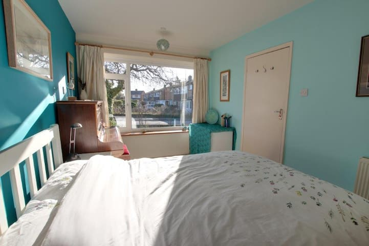 The Teal Room (double) - in a quiet bungalow