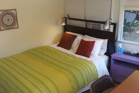 Private backyard room. Queen bed. - Altadena