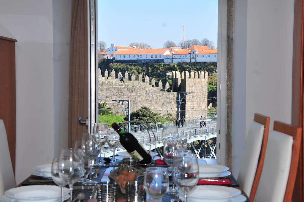 Mesa de jantar com vista para a ponte e muralhas