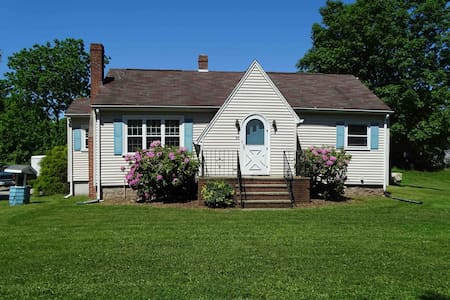 Charming, bright beach cottage, 1 Mile  to beach