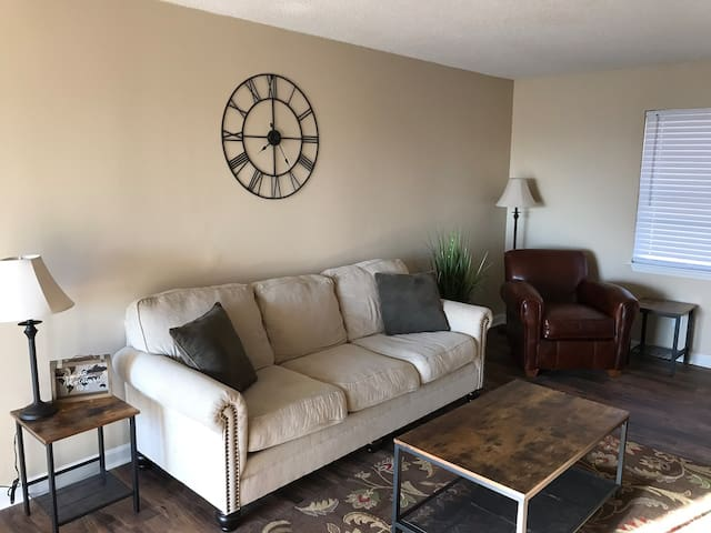 Cozy townhouse minutes from downtown!! Mtn views!!