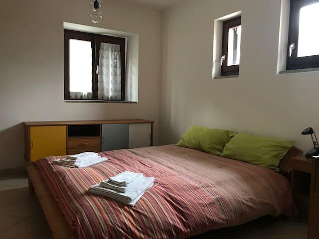 Camera da letto matrimoniale con grande armadio