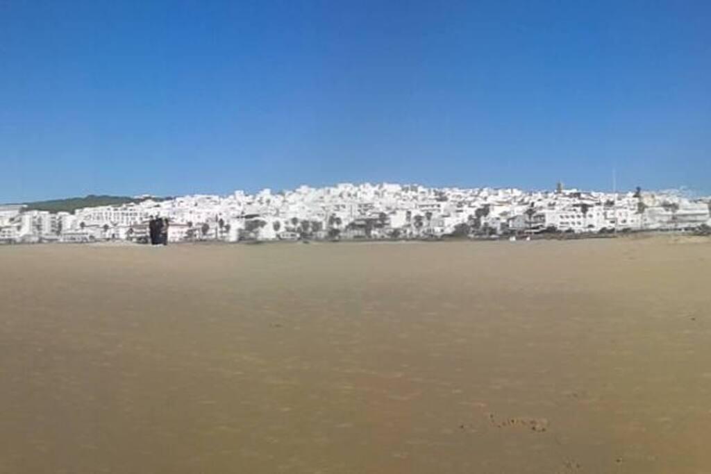 El pueblo de Conil desde la playa de Los Bateles.