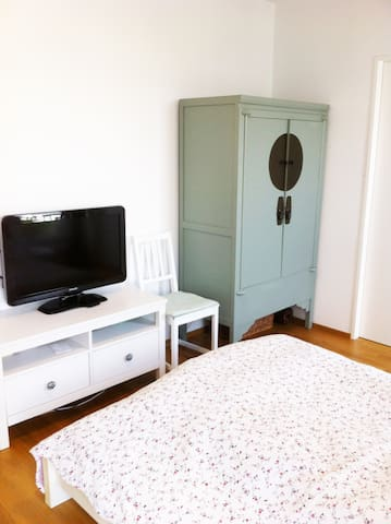 Penthouse room with private bathroom - Köln - Flat