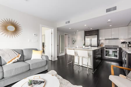 Sparkling Modern Yaletown Condo w/ Secure Parking!