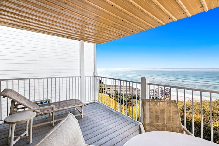 Beachfront condo w/ panoramic views of the Gulf of Mexico & private balcony!