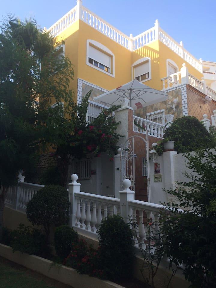 La partie à louer correspond à la partie haute de la villa ( en jaune)