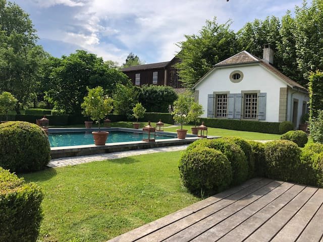 Private pool & Cottage with garden