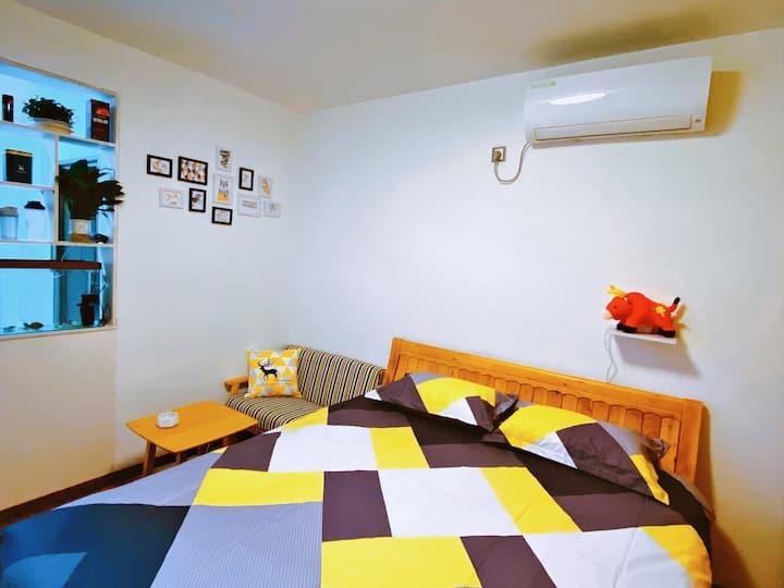 高性价比,房间安静,舒适,静谧,顶楼有天台。临近万达广场,中环天地,龙发时代天街,交通便利!