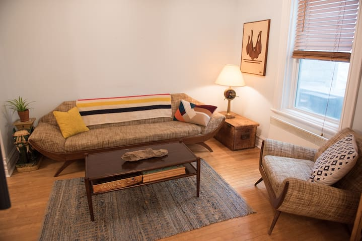 Stylish Mile-End Apartment w/BACKYARD/FREE PARKING