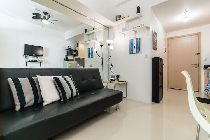 1BR for Biz or Pleasure steps 2 MRT with Netflix