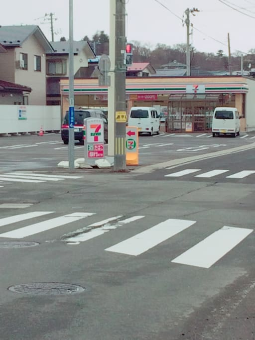 コンビニ向かえ ドラッグストア徒歩1分 convince store is just across the street as well as drug store