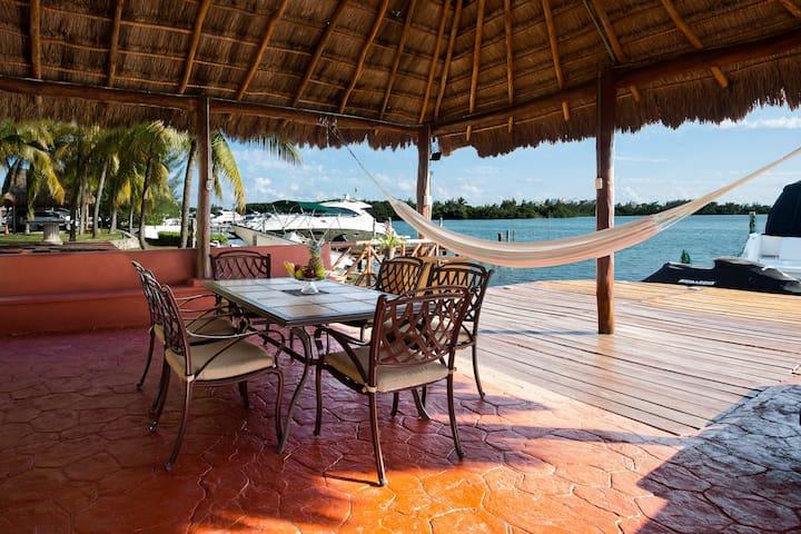 Luxury Villa in front of The Lagoon