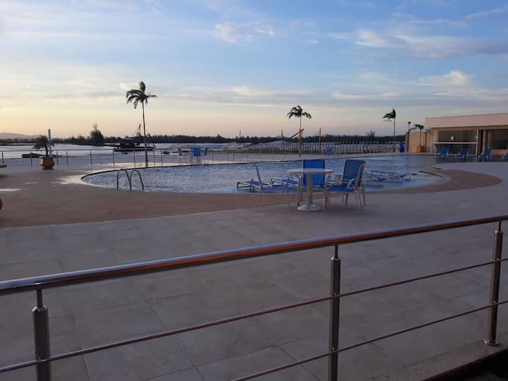 Ap em condomínio com piscina na beira da lagoa