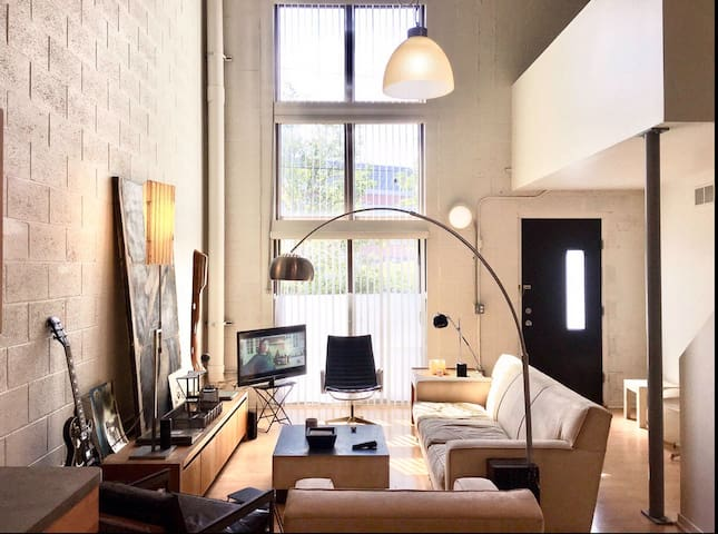 Huge Artists Loft, w Amazing Light, Near Downtown
