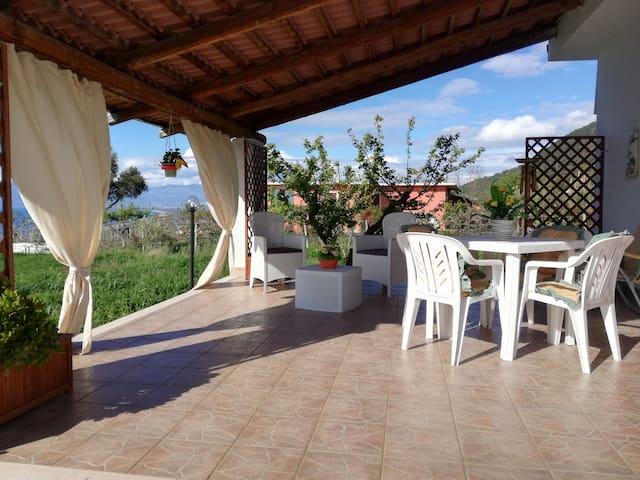 Casa con terraza cerca del mar y centro (10 min)